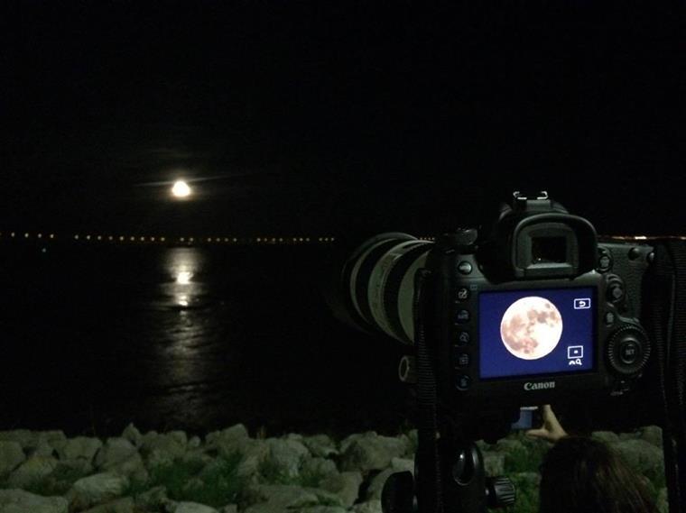 A lua na câmara de João Pedro Alves, um dos muitos fotógrafos amadores no paredão junto à torre Vasco da Gama