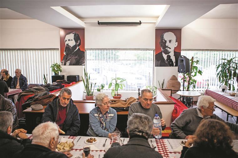 A sede da comissão concelhia de Almada serve de ponto de encontro e de sede de reuniões. Marcada com antecedência, serve também de restaurante para os militantes e visitantes