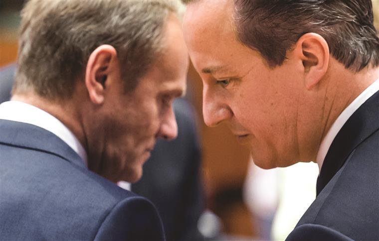 O presidente do Conselho Europeu, Donald Tusk, numa conversa com David Cameron