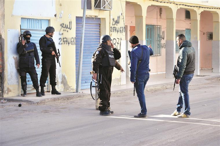 Militares tunisinos no rescaldo dos combates em Ben Gardane