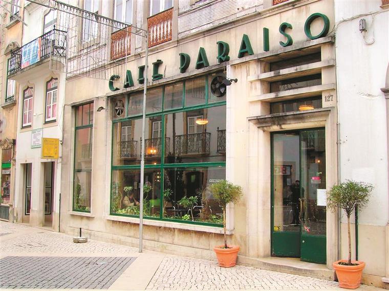 O Café Paraíso situa-se no centro de Tomar, na Rua Serpa Pinto – conhecida por todos como a Corredoura