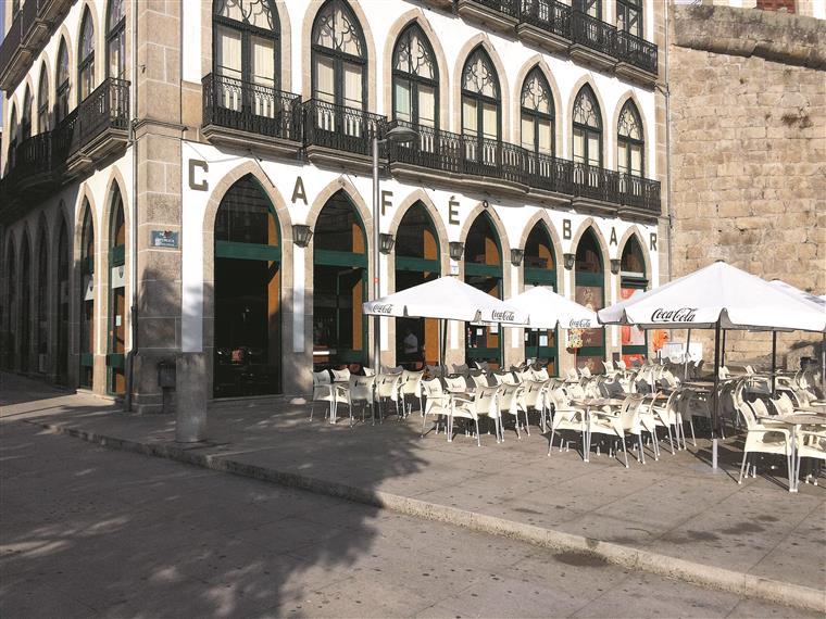 O café localiza-se na Praça da República, mesmo ao lado do rio Tâmega