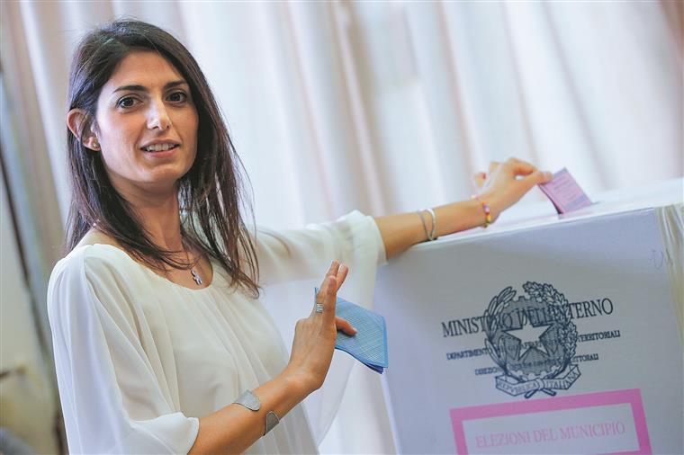 Virginia Raggi, a candidata do partido antissistema M5S à câmara da capital italiana