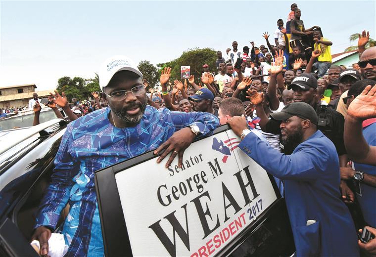 Weah não é um orador de excelência e não tem grande experiência política, mas carrega consigo a popularidade de quem espalhou o orgulho africano pelos campos de futebol e de quem quer superar o establishment político que controla a Libéria há décadas
