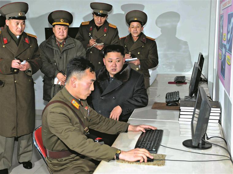 Calcula-se que o regime de Kim Jong-un consiga financiar-se anualmente com mil milhões de dólares provenientes da ação dos piratas informáticos