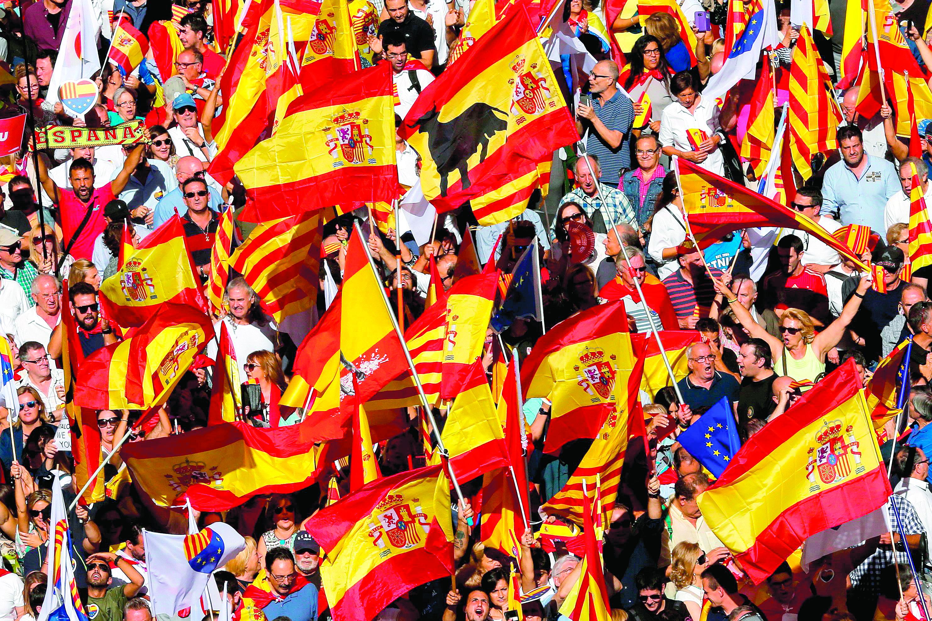Catalunha. Espanholistas invadem as ruas de Barcelona