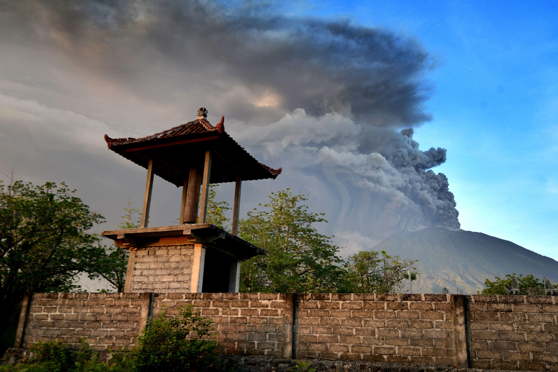 Vulcão lança fumaça em Bali