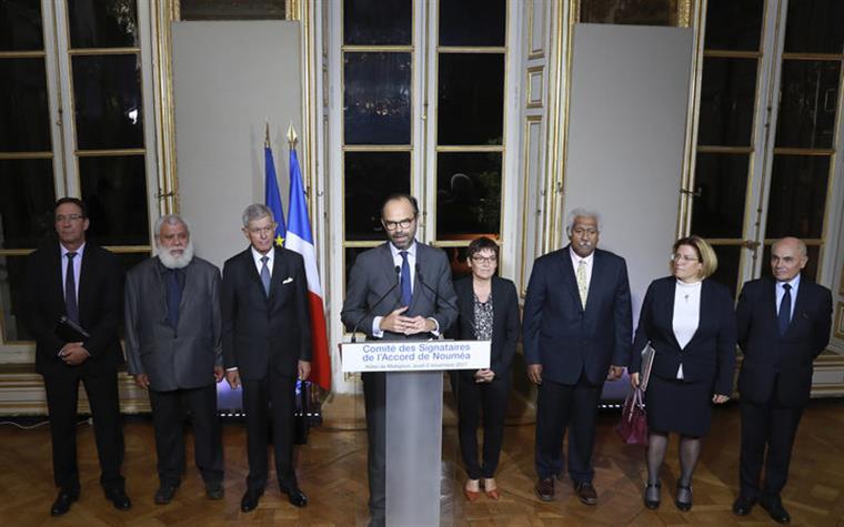Primeiro-ministro francês Edouard Phillipe com os líderes independentistas da Nova Caledónia