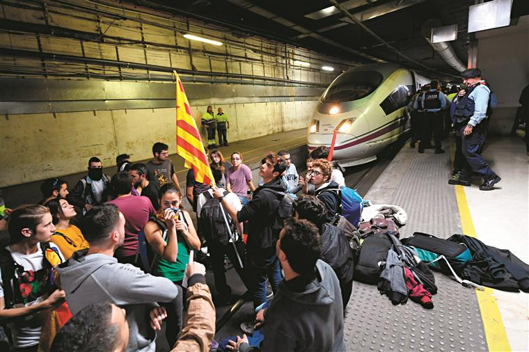 Linhas interrompidas em Barcelona. Em Girona, foram milhares na frente do alta-velocidade