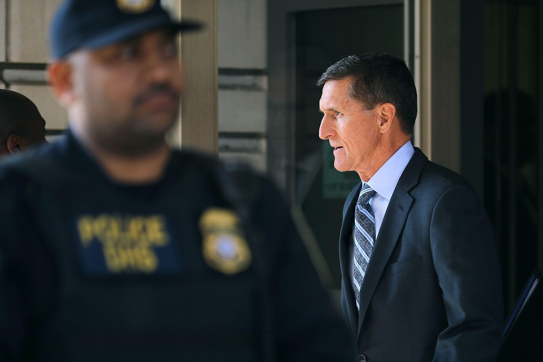 Ex-assessor de Trump é formalmente acusado de mentir ao FBI