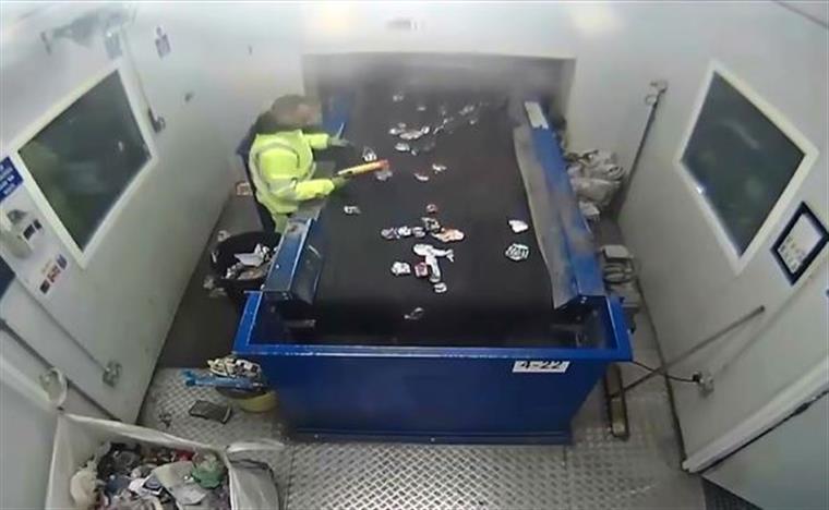 Foguete explode nas mãos de funcionário de reciclagem | VÍDEO