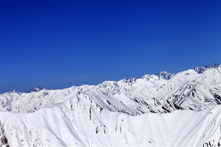 Mais de cem esquiadores presos num teleférico nos Alpes franceses (com vídeo)