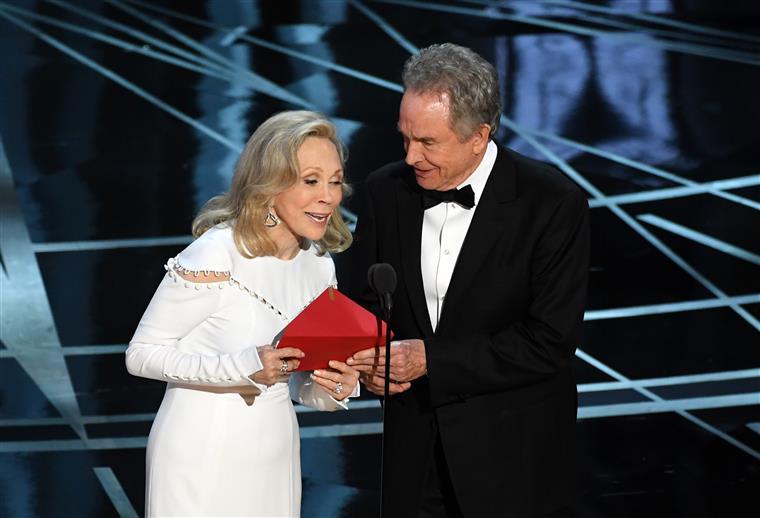 Warren Beatty e Faye Dunaway no anúncio do Melhor Filme (errado)