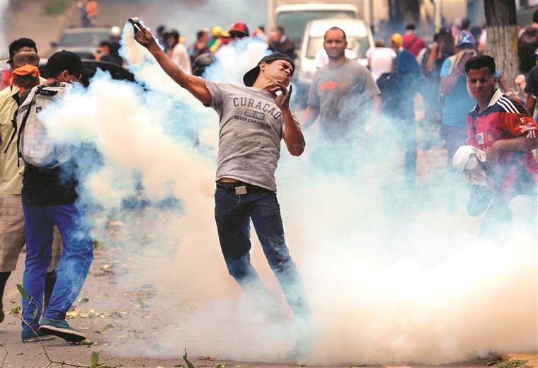 Protestos da oposição resultaram em confrontos com a polícia chavista