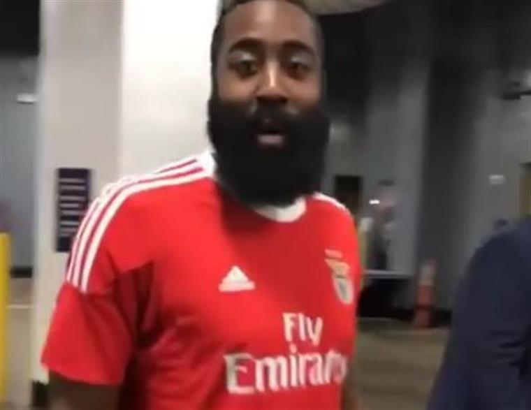super popular 574f8 37ff4 James Harden e a camisola do Benfica. A equipa já reagiu