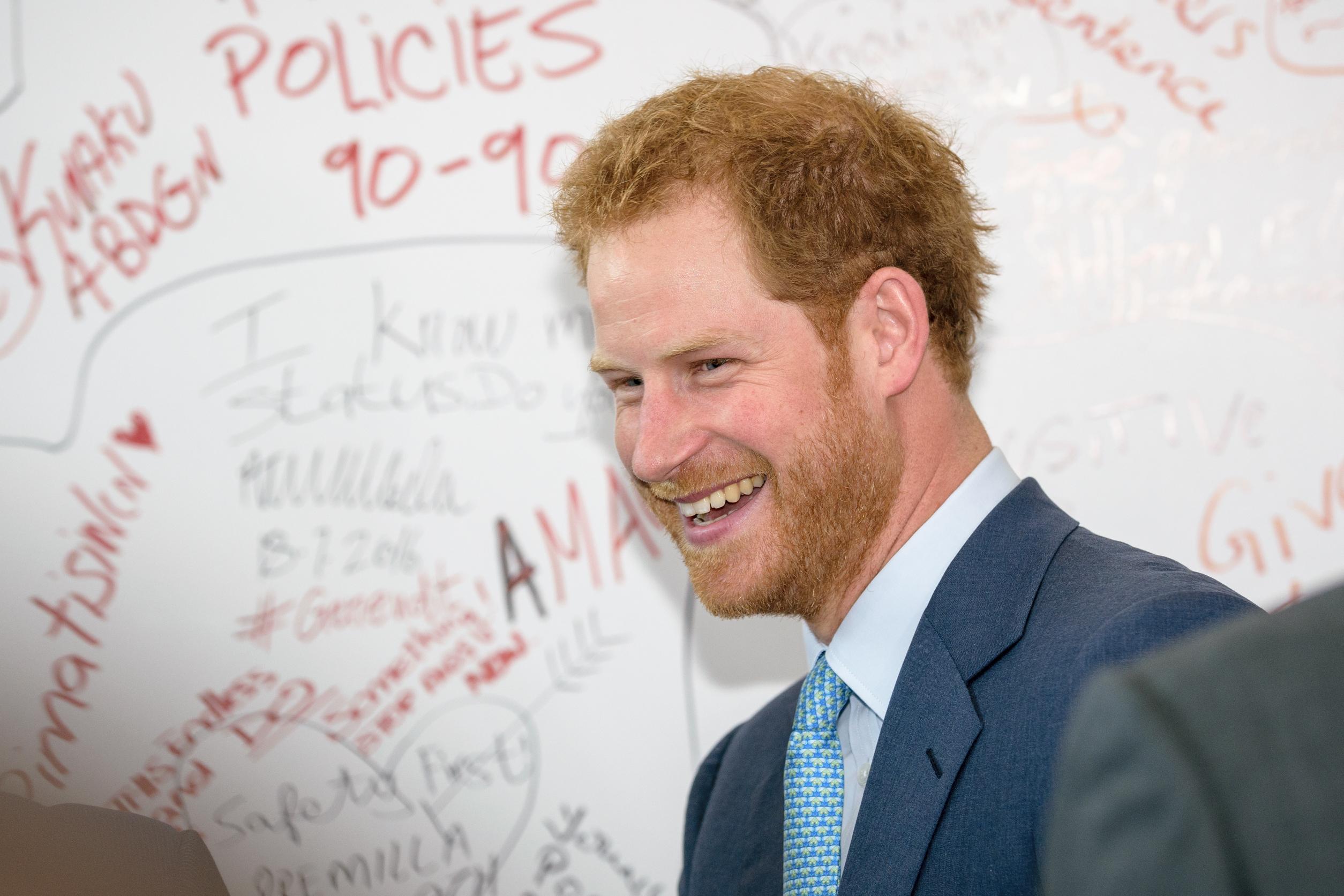 Príncipe Harry pede 'permissão' à rainha para se casar com Meghan Markle