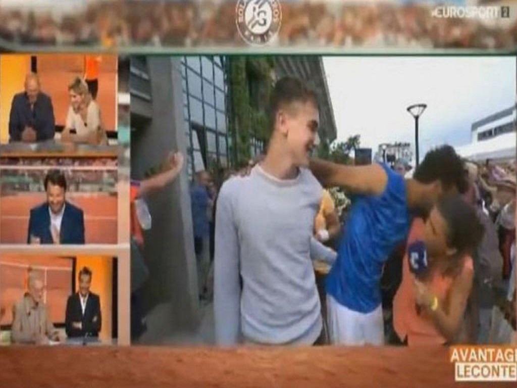 Tenista francês força beijo em repórter e perde credencial para Roland Garros
