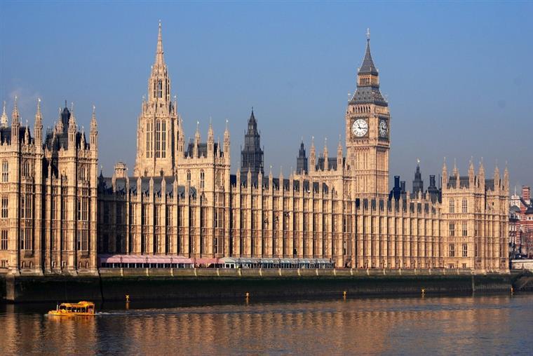 Polícia prende homem armado com uma faca diante do Parlamento britânico