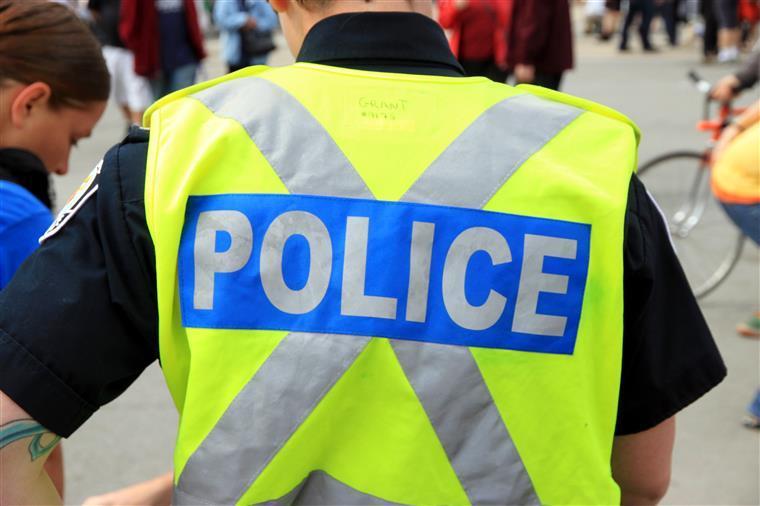 Mulher detida após carro colidir com seis muçulmanos