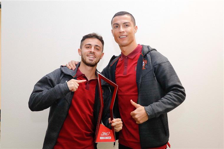 Cristiano Ronaldo oferece troféu a Bernardo Silva