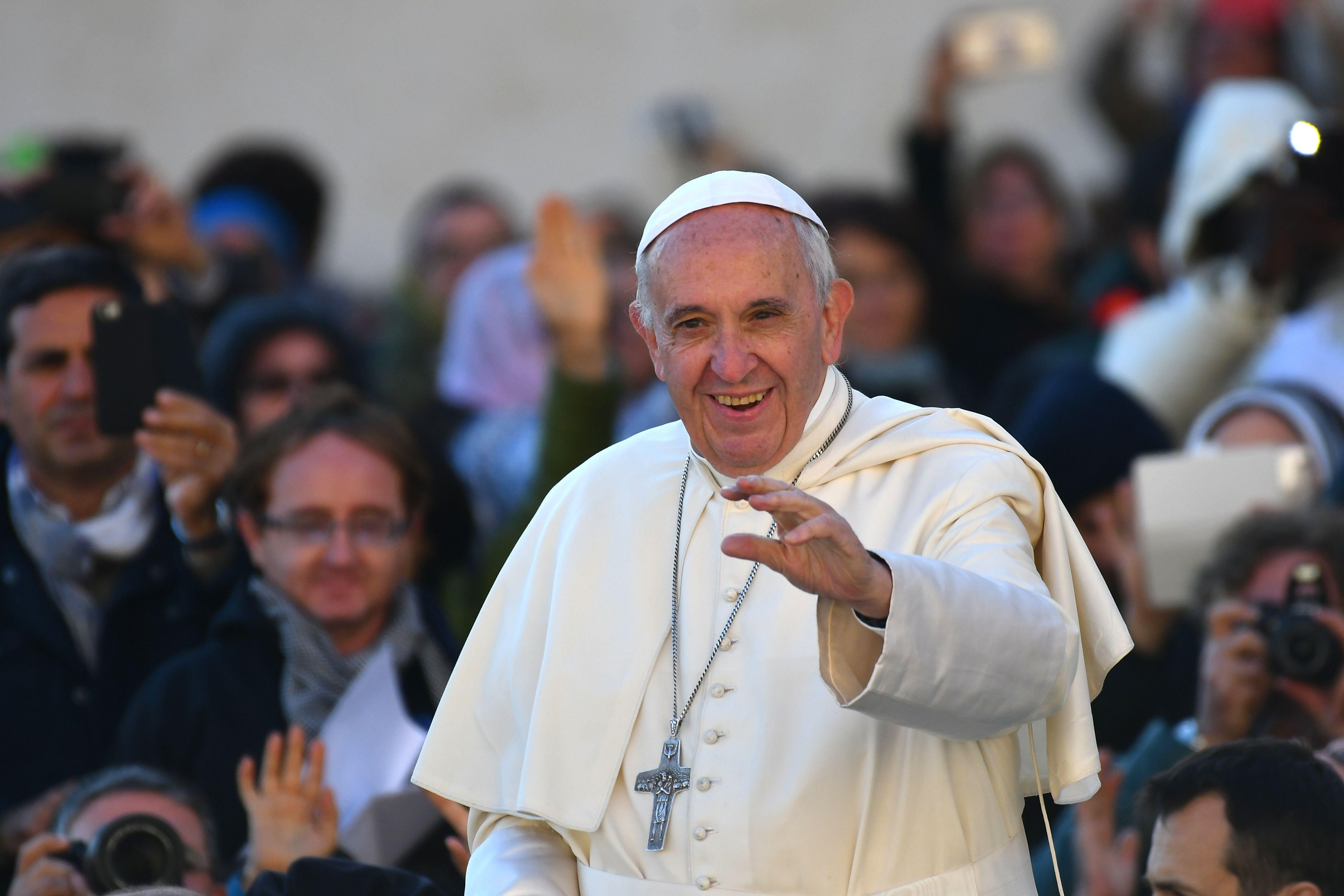 Papa comovido com 'povo santo fiel&#39 de Portugal