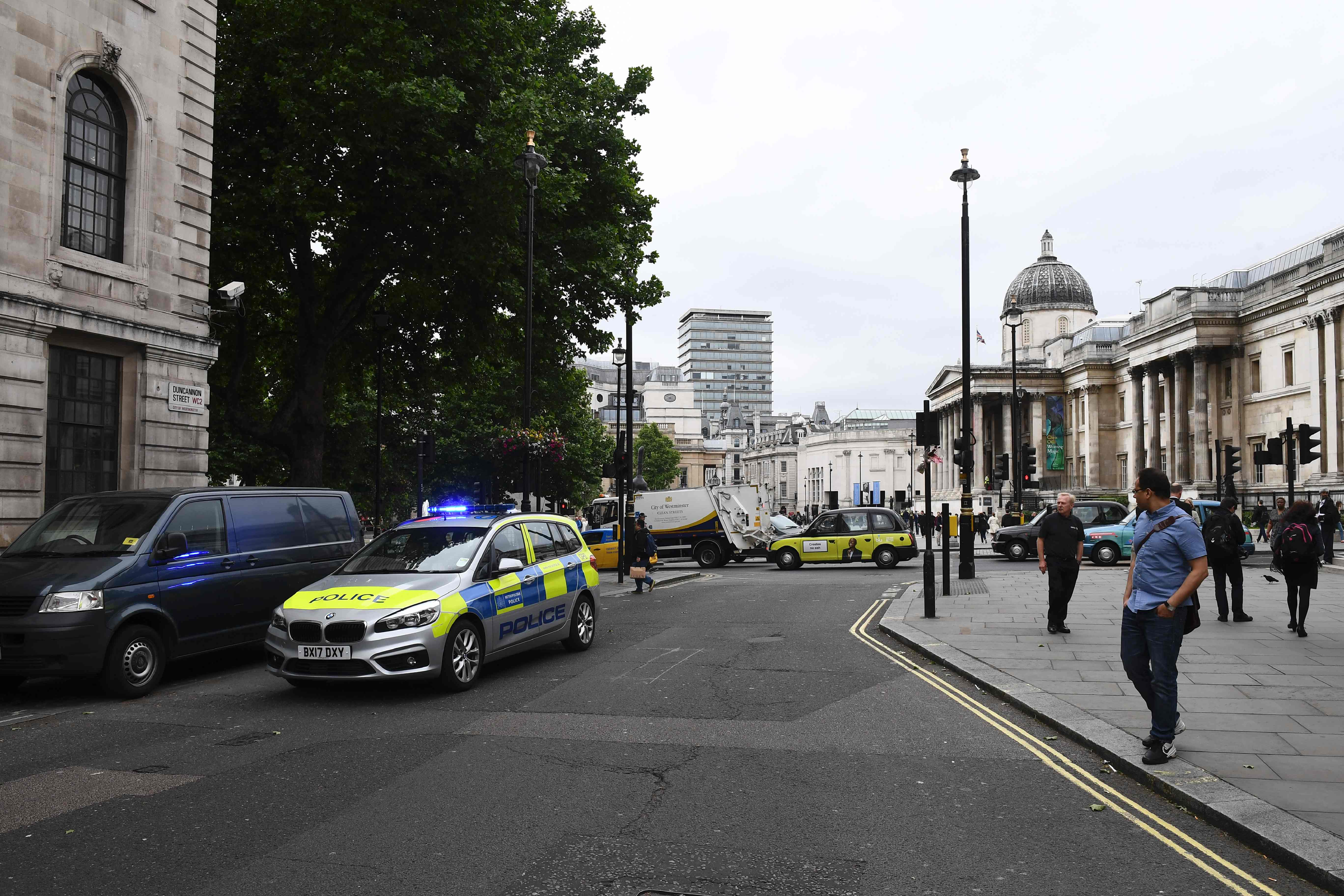Trafalgar Square evacuado devido a pacote suspeito