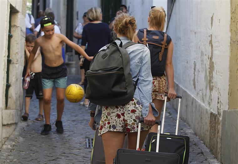 Resultado de imagem para Turistas fingem doenças para terem férias pagas com indemnizações