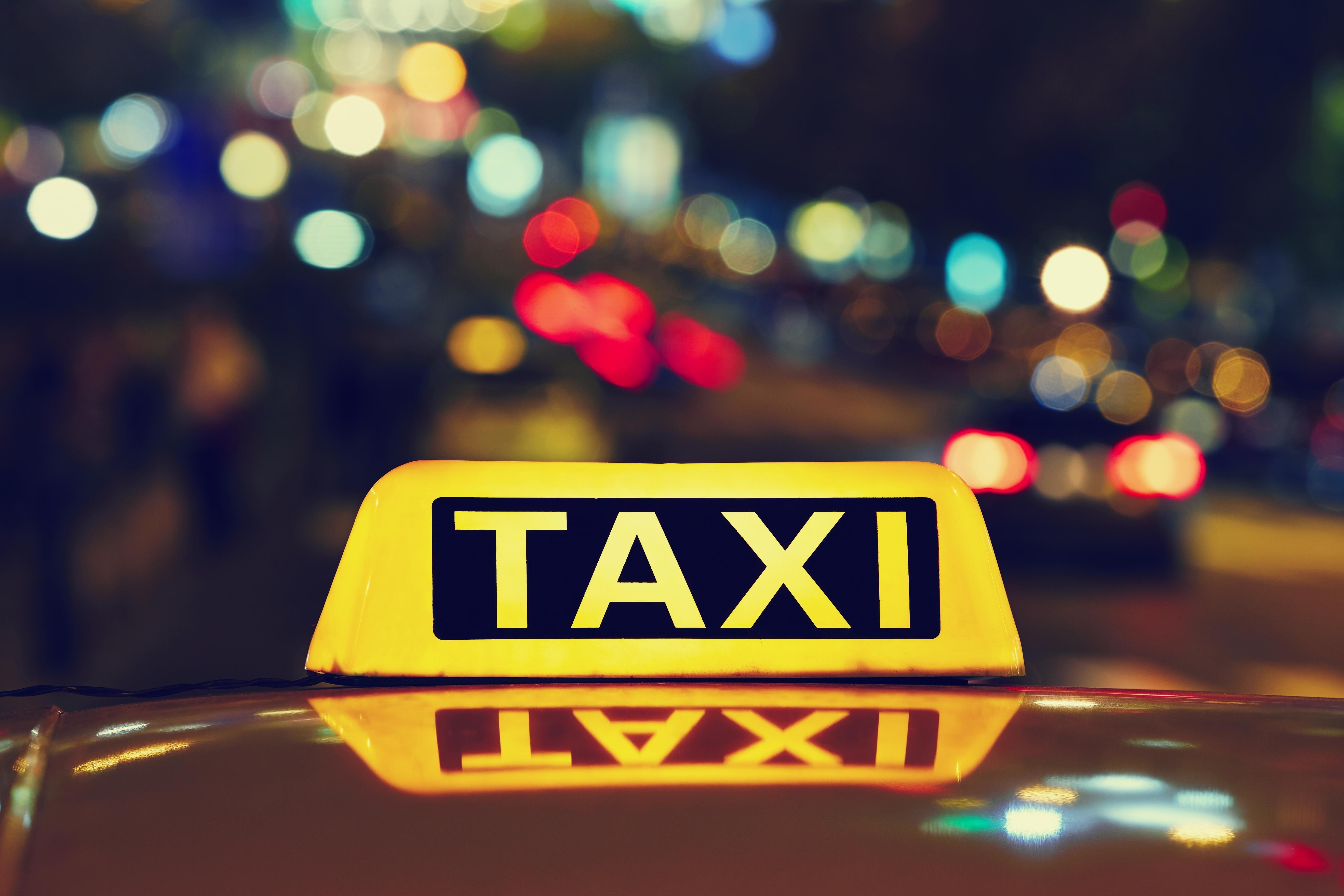 Dez feridos em incidente com táxi descontrolado no aeroporto de Boston