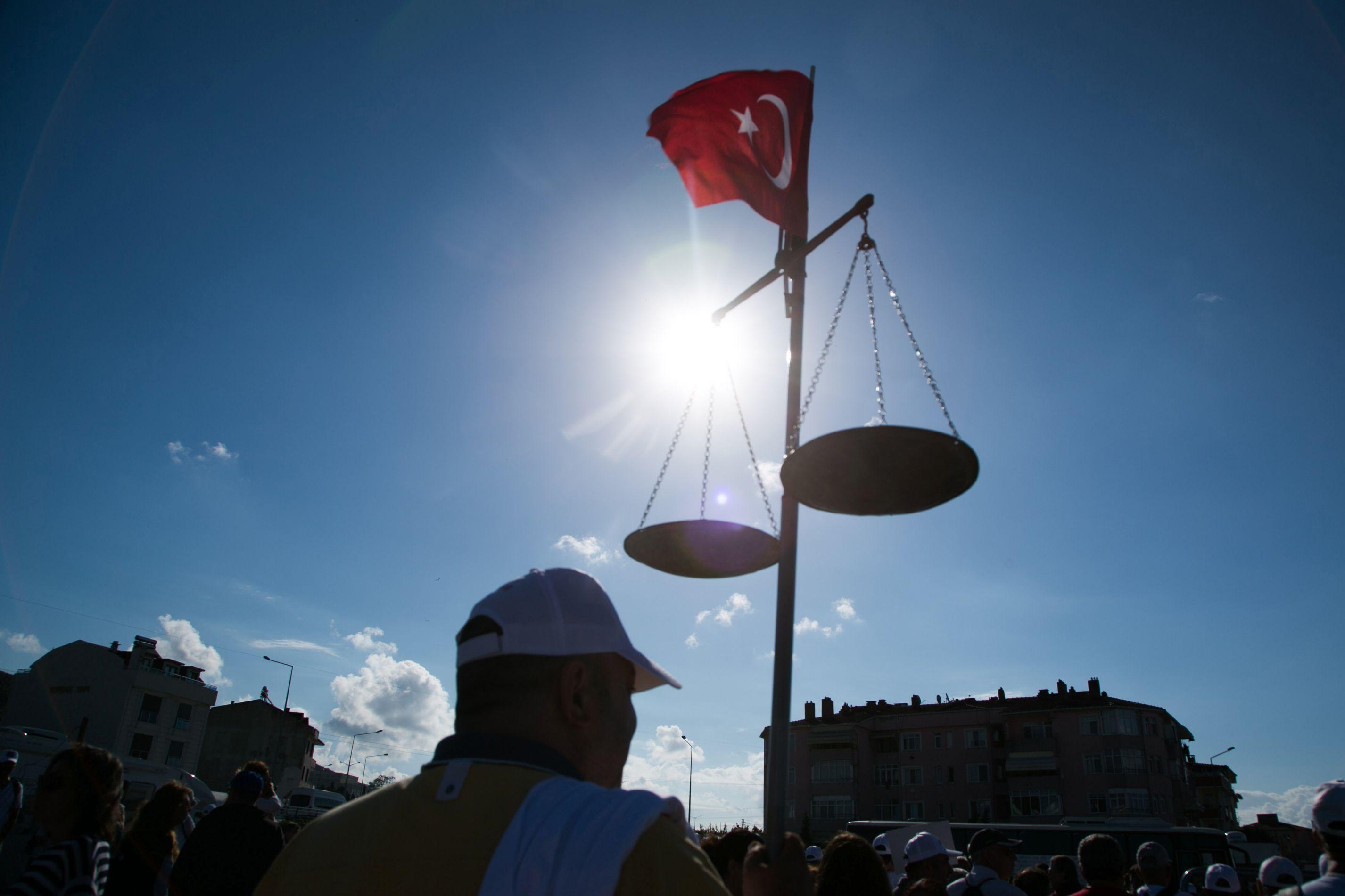 Turquia. Vaga de detenções atinge liderança da Amnistia Internacional