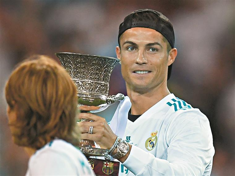 Não há empurrão que afaste Ronaldo dos troféus