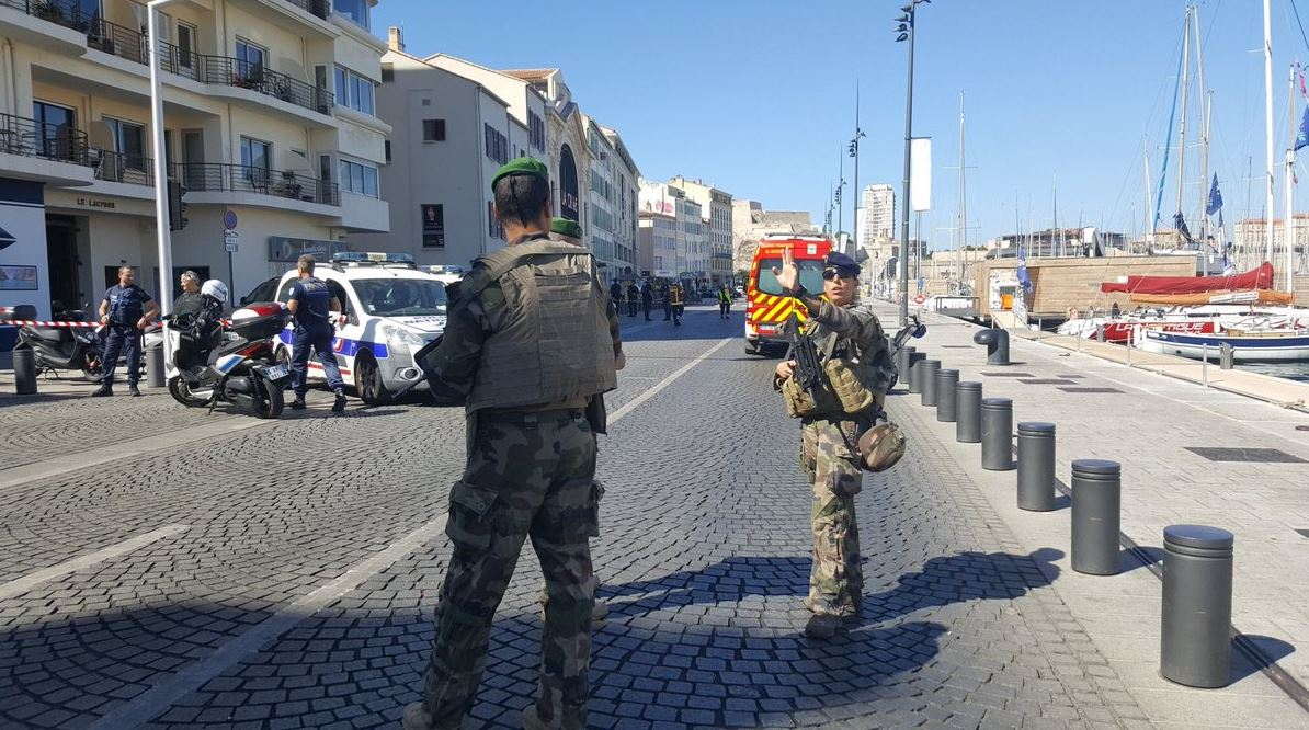 Alerta em Marselha. Viatura embateu em duas paragens de autocarro