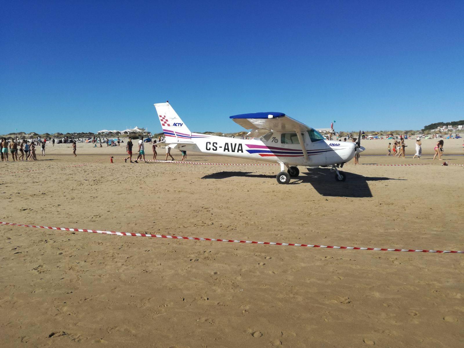 Avião faz pouso de emergência em praia; dois banhistas morrem