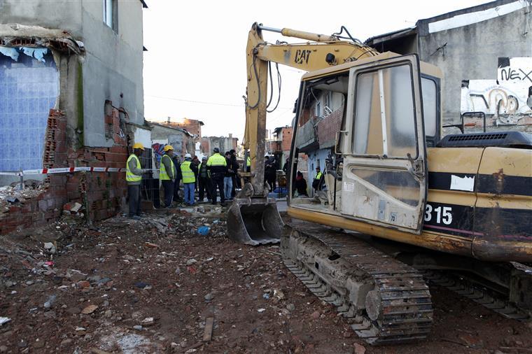 A retro-escavadora para demolir a habitação de António Sanhá