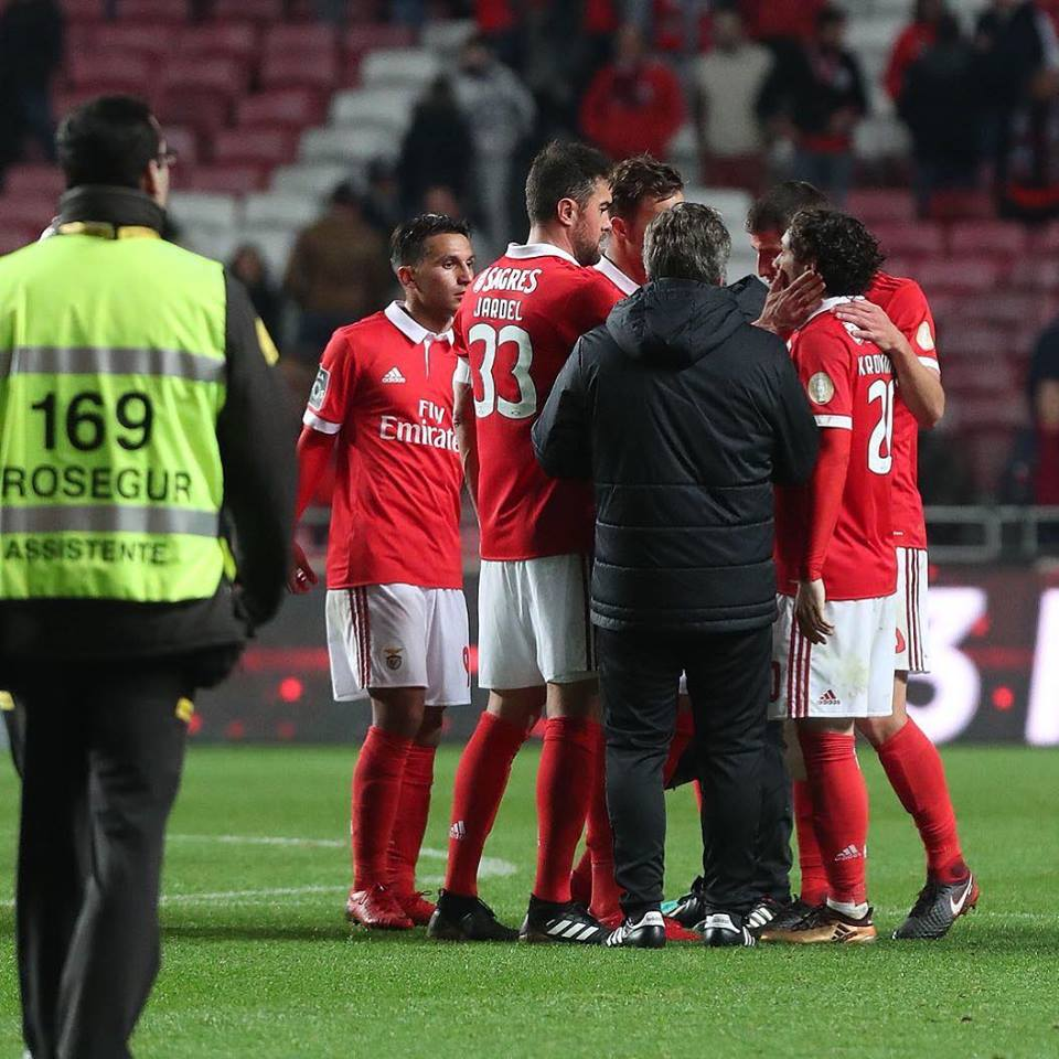 Benfica recebe Chaves sem querer perder terreno para FC Porto