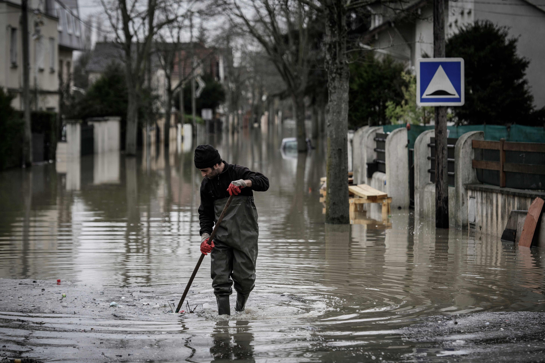 Nível do rio Sena sobre e Paris enfrenta risco de inundação