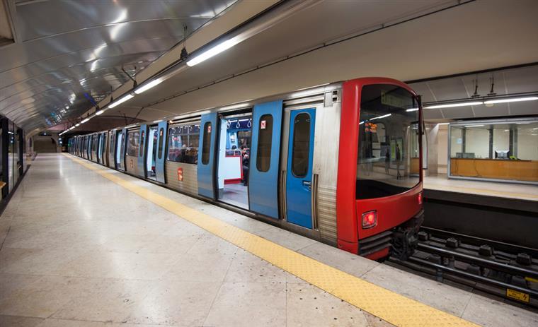 Saco abandonado corta circulação na Linha Azul do metro de Lisboa