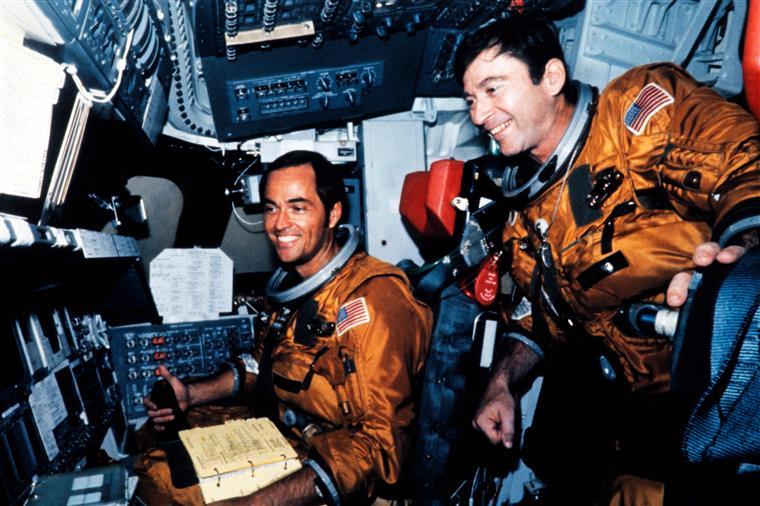 Young (à direita) viajou seis vezes para o espaço