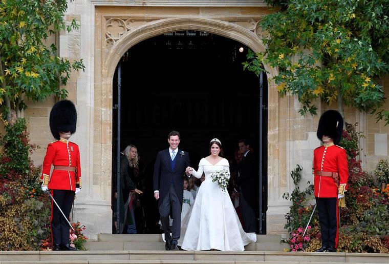 A saída dos noivos