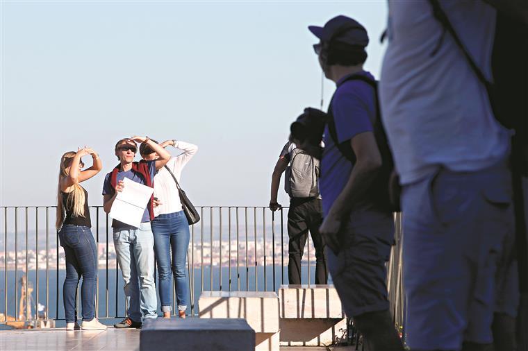 Turismo. Menos turistas britânicos levam a quebra  nas dormidas