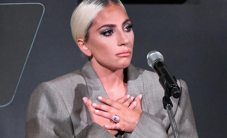 Lady Gaga faz emotivo discurso sobre as mulheres e confirma noivado