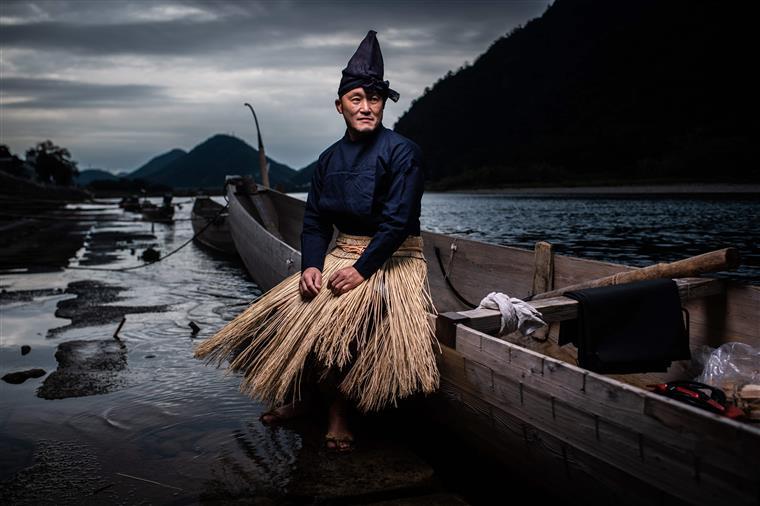 O mestre Shuji Sugiyama, pescador de corvos-marinhos, posa para um retrato em Gifu.