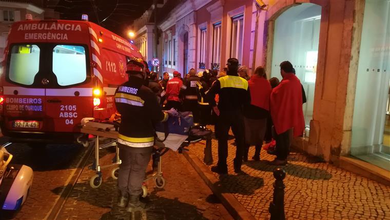 Elétrico capota na zona da Lapa em Lisboa e faz 28 feridos ligeiros