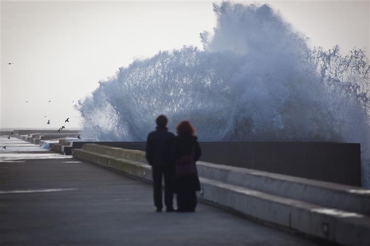 Oito barras fechadas devido a agitação marítima