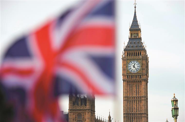 Ministro britânico pede demissão após se atrasar dois minutos