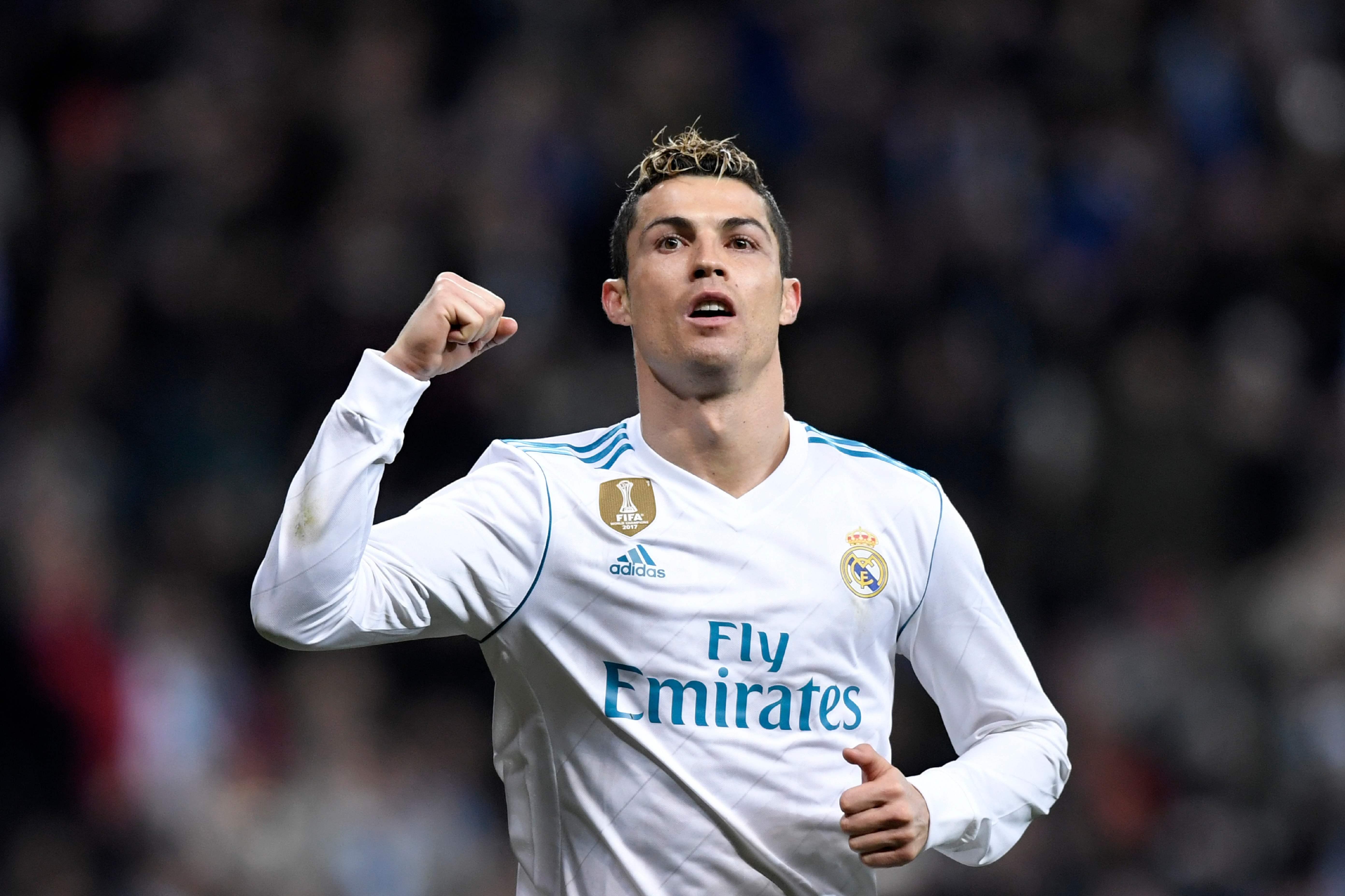 Ao lado dos quatro filhos, Ronaldo faz apelo para ajudar refugiados