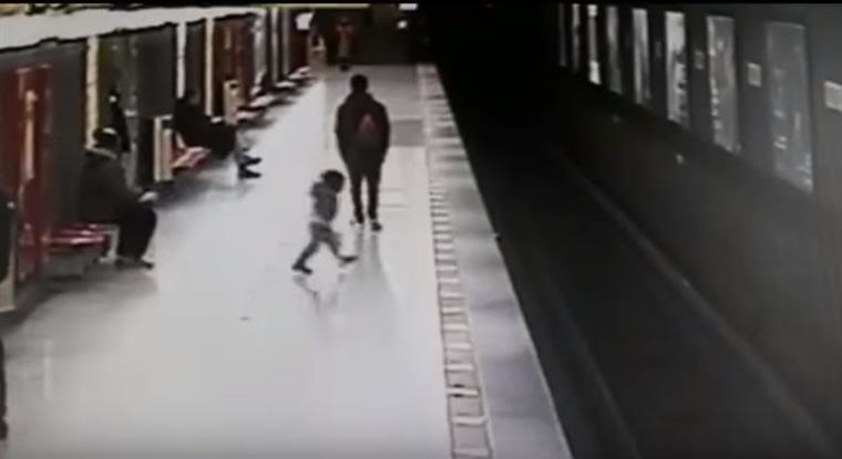 Jovem salva criança que caiu nos carris do metro   Vídeo