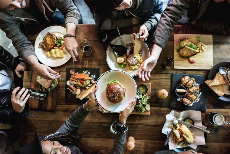 Comer em lugares muito barulhentos pode atrapalhar a sua saúde