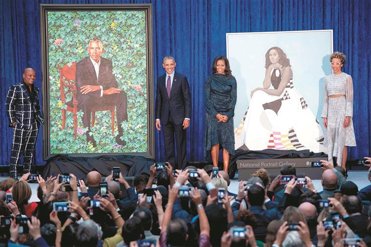 Obama 'boquiaberto' com retrato, Michelle com pele cinzenta