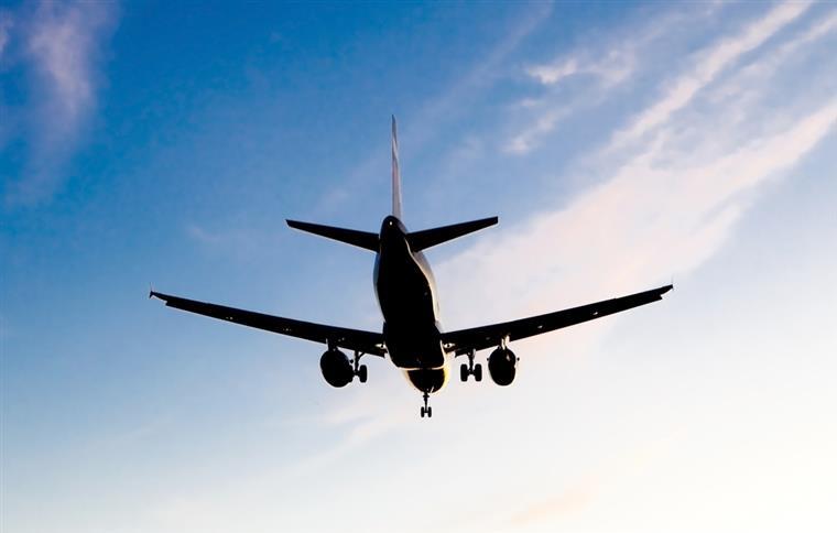 Avião comercial cai em montanha no Irã e deixa 66 mortos
