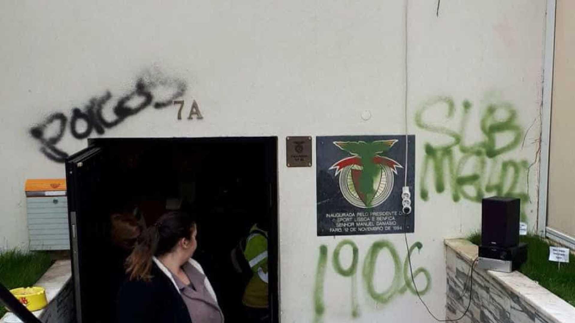 Casa do Benfica de Faro vandalizada por adeptos do Sporting